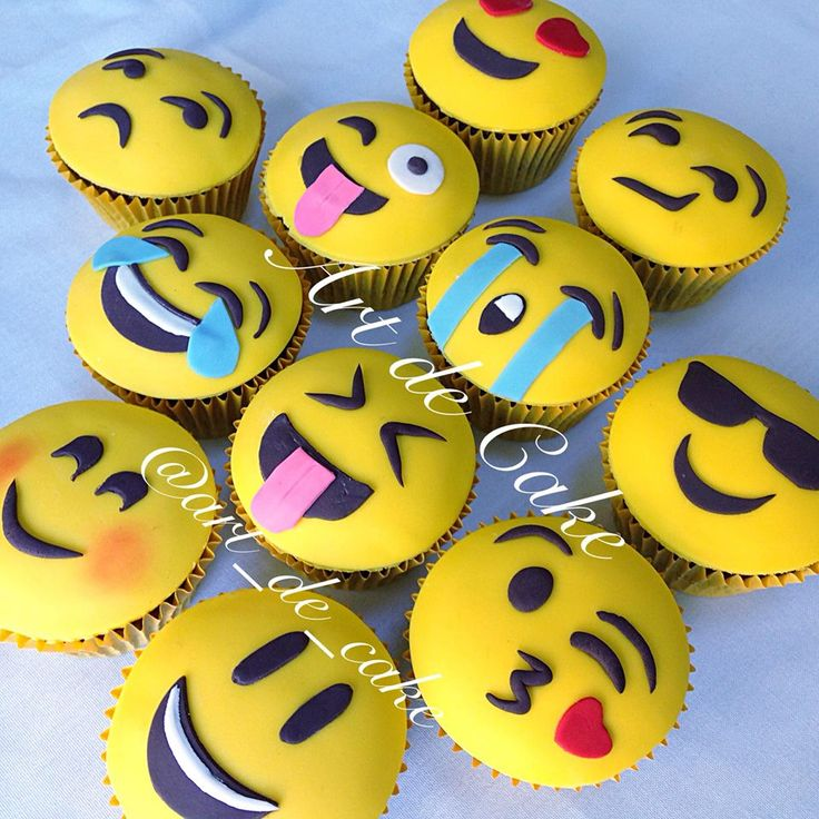 check out these amazing emoji cupcakes by Art de Cake - Lisa Steuerwald
