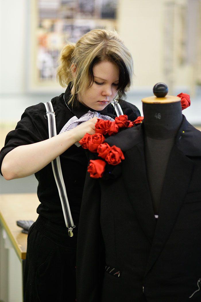 Vaatetusompelija on vaatetusalan ammattilainen, joka hallitsee sekä teollisen että ateljeetyyppisen vaatteiden suunnittelu- ja valmistusprosessin erilaisille kuluttajille. Hän antaa asiakkaille neuvoja pukeutumisen trendeistä ja materiaalien valinnasta. Vaatetusompelijalla on valmiudet toimia yrityksissä ja teattereissa myynnin, kaavoituksen, valmistuksen, viimeistyksen tai vaatehuollon tehtävissä.