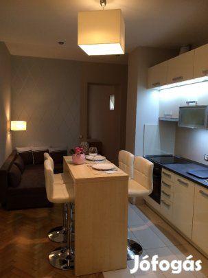 Kiadó Kiadó igényesen felújított 46 nm es lakás a Mammut közelében: 2016-ban teljesen felújított 46 nm-es, III. emeleti, liftes, erkélyes, szépen karbantartott házban lévő lakás keresi első bérlőjét. A lakás a Mammuttól egy megállóra a Mechwart térnél található. Kis rezsijű lakás. A lakás felosztása: előszoba+konyha+étkező egy helyiségben, nappali+háló külön szobában, fürdőszoba, wc külön helyiségben. Teljesen berendezett, jól felszerelt konyha (mikró, mosogatógép, hűtő, tűzhely)…