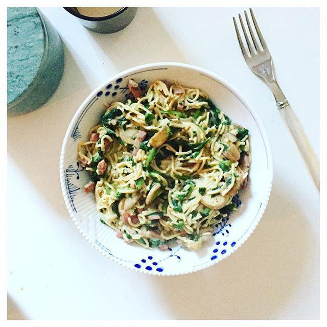 Bønnepasta, kalkunbacon, spinat, rødløg, champignon og OMA 4% madlavningsfløde ❤️👌🏻 . Men først Crossfit med nogle dejlige damer 🙋🏼❤️ @simonemona_ og @cscollaitz 😊☃️ . Grädde kvarg krämig bönpasta sås pastasås carbonara rödlök champinjon svamp pasta kalkonbacon Kycklingbacon Fav favs lowcarb