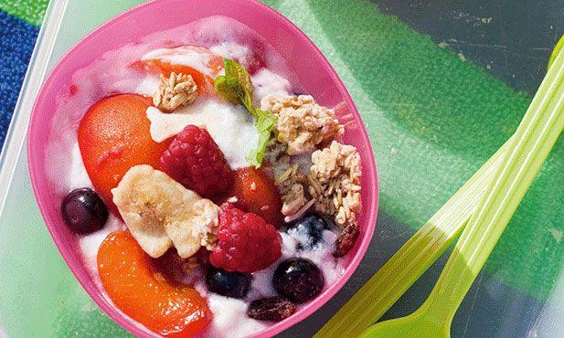 A mousse de iogurte é uma sobremesa ligeira, com muito pouco açúcar, ideal para os dias mais quentes. É um prato que combina o iogurte com fruta e cereais.