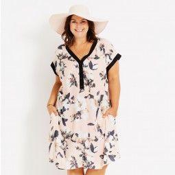 Let lyserød kjole med blomsterprint og lommer