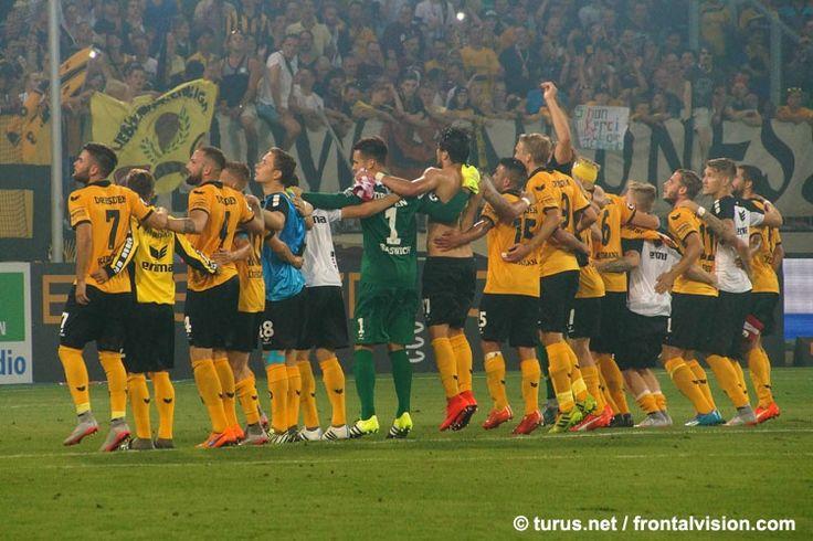 Dynamo Dresden feiert Sieg gegen Erfurt