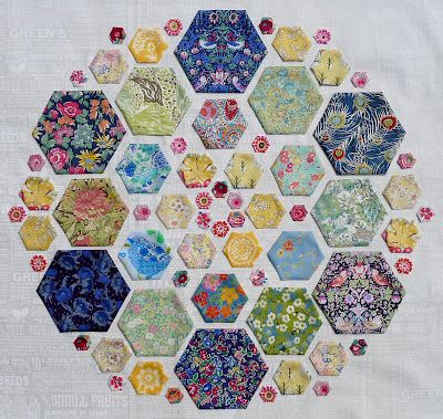 Previous pinner says: Cabbage Quilts: Hexagon Mandala  Beautiful hexies! The way they are arranged gives me an idea for a quilt in the pattern of a color blind test card with a message for your special someone. Greens and oranges or blues and greys. Oh so many projects, not enough time!