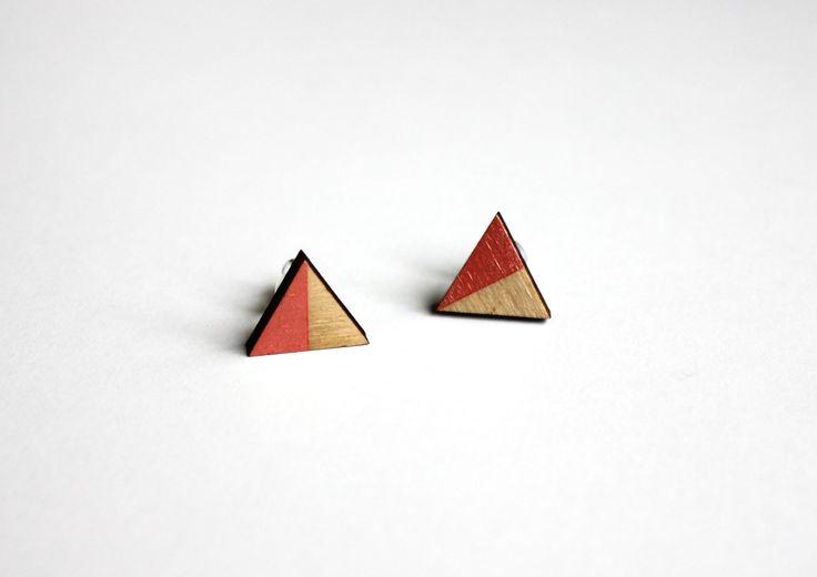Oorbellen, driehoek houten oorbellen, oorstekers, roze, cadeau voor haar, valentijns cadeau door JolisMots op Etsy
