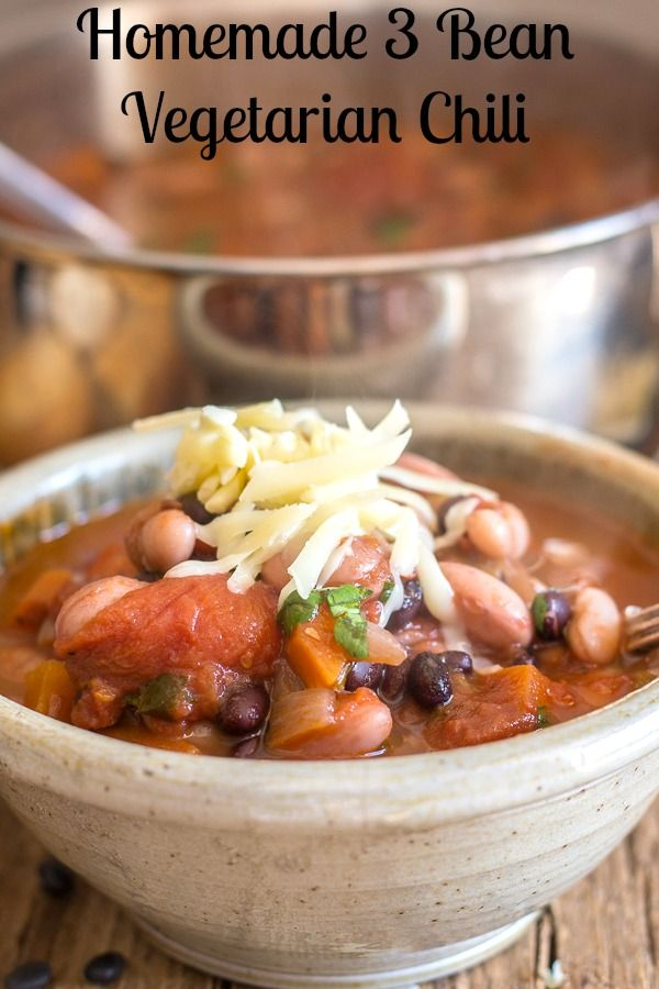 Homemade 3 Bean Vegetarian Chili, made with Black Beans, Borlotti Beans and white beans, add some carrots, celery and a few spices and you won't even miss the meat. The perfect meatless meal. #celebratingfoodholidays #chili #vegetarian #vegan #beans via @https://it.pinterest.com/Italianinkitchn/