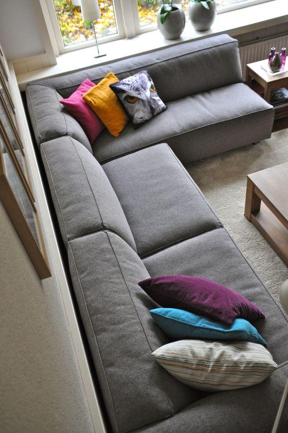 Een mooie bank met een natuurlijke grijze kleur dit brengt diepte in een kamer home - Kleur in een kamer ...