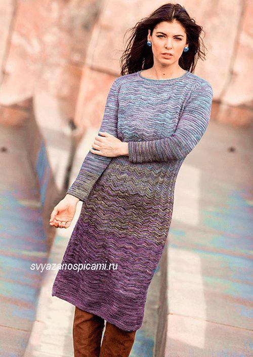 Описание вязания спицами женского платья с градиентом, выполненного круговыми рядами волнистым узором.