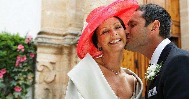 Teníamos muchísimas ganas de hablar de los estilismos de las  madrinas y madres de la novia  en una boda . Por aquí todavía no les había...