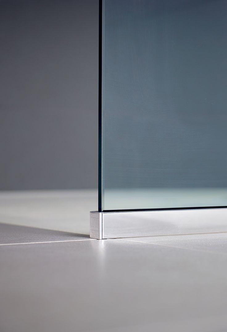 TRAC-skenan limmas mot golvet och kan fås i blankpolerad aluminium eller mattsvart finish
