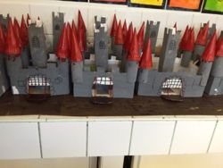des châteaux : boîte à chaussures, rouleaux PQ, assiettes carton