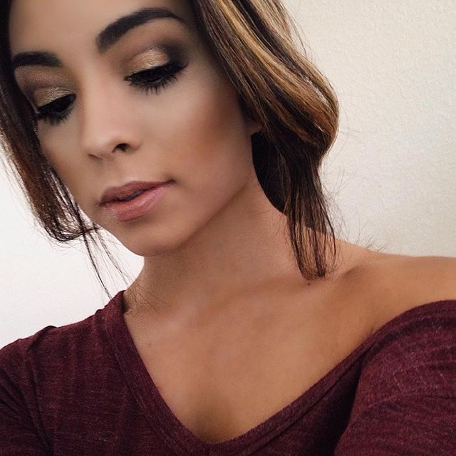 """Have been slacking on my makeup posts lately  I've been so busy with going back to school teaching & getting started with a new job but as I get adjusted I'll be posting more again!  Rounded-Edge Smokey Eye  @maybelline mousse liner in """"brown brun"""" for outside corners and liner @elfcosmetics 'lustrous eyeshadow' in """"toast"""" on lid @lorealparisusa infallible pro matte 24hr foundation @maybelline """"age rewind"""" concealer @lorealparisusa """"hydra perfecte"""" translucent powder @milanicosmetics powder…"""