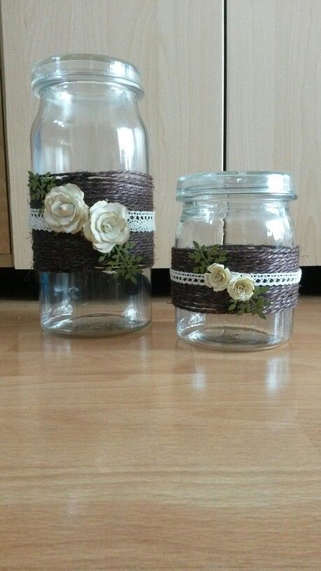 Wekpotten versierd met touw en bloemen