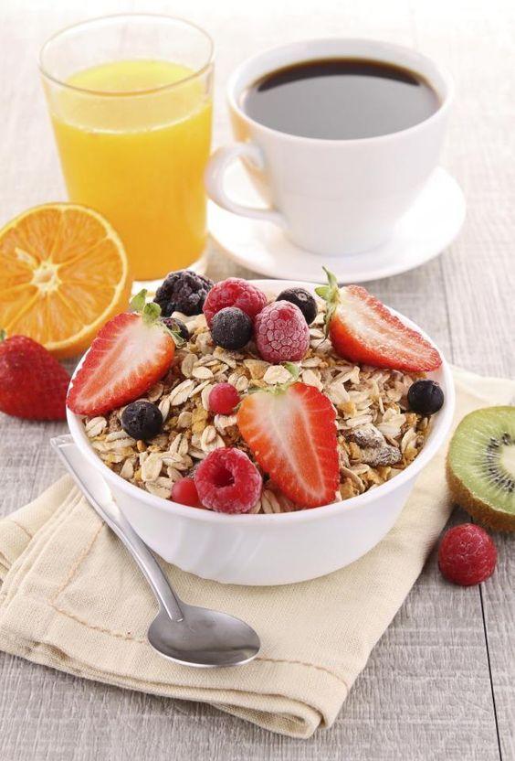 ¿Cansad@ de simpre el mismo desayuno? Prueba a desayunar copos de avena con fresas, arándano y frambuesas. Te sentiras con energía todo el día y estarás aportando a tu cuerpo una buena ración de antioxidantes.