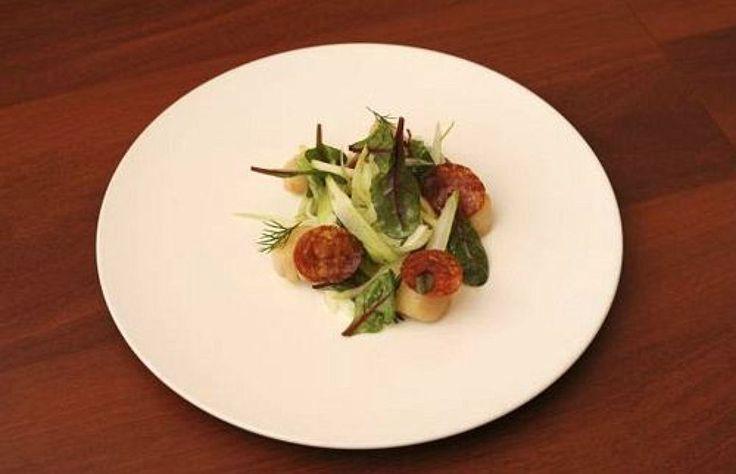 Салат из фенхеля и яблок с гребешками и колбасой чоризо