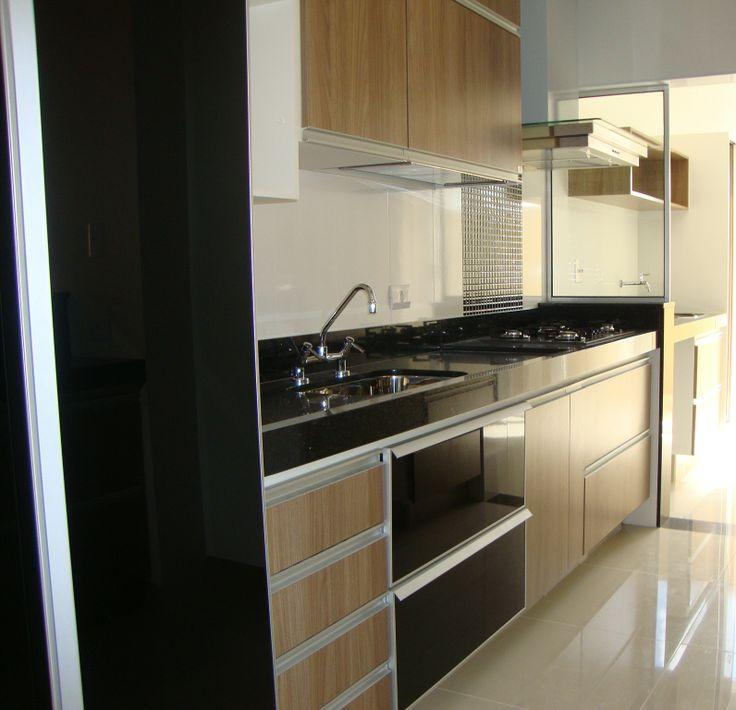 Ótima cozinha planejada e equipada com depurador, cooktop, forno