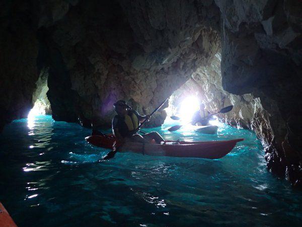 Σύνδεσμος ενσωματωμένης εικόνας  The fantastic blue colors inside the caves.