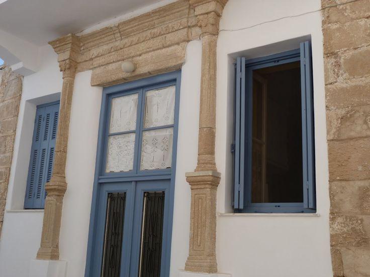 La ville de Kithira, très coquette, forme un heureux mélange de maisons cubiques blanches, aux volets bleus, caractéristiques de la mer Egée, ornées de quelques pierres qui rappellent l'architecture vénitienne de l'Adriatique et de la mer Ionienne.