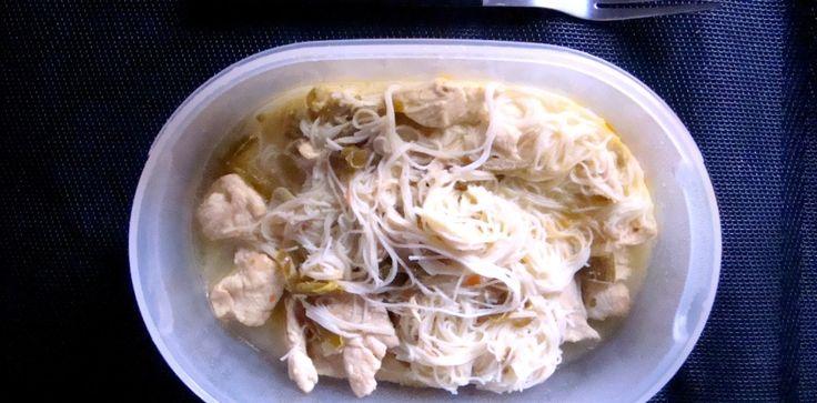 Thai Noodles Ingredienti per2 schiscette e una cena per 2  5 fette di petto di pollo 300 ml di latte di cocco 2 lime 1 pezzo di zenzero fresco (grande come un pollice) 2 bastoncini di lemongrass 2 cucchiai di curry 1 cucchiaino di curcuma 3 mestoli di brodo vegetale 3 peperoncini verdi 1 pizzico di peperoncino in polvere 1 cucchiaio di fecola di patate 200 g di spaghettini di riso cinesi secchi Olio extra vergine di oliva q.b. Sale q.b. Pepe q.b