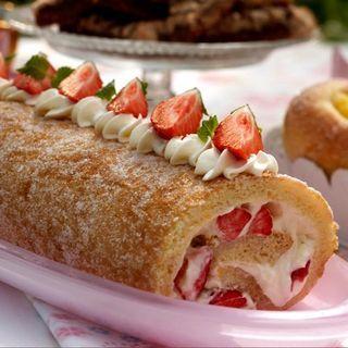 Rulltårta med färska jordgubbar