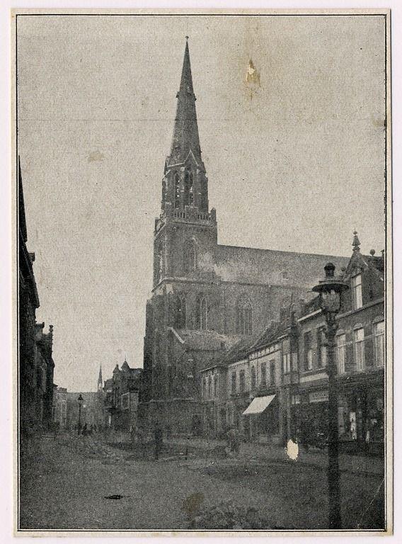 Helmond, Kerkstraat, gezien in de richting van de Markt. Middenrechts de kerk Sint Lambertus. Op de voorgrond een lantaarnpaal