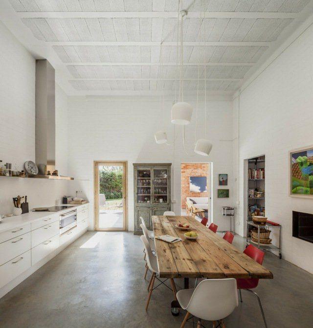 cuisine de style scandinave avec table en bois massif brut