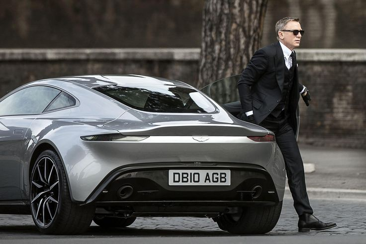 「007スペクター」でアストンマーティンDB10から降りるジェームズ・ボンド役の俳優、ダニエル・クレイグ