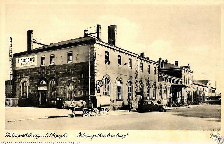 Okazały budynek dworca na stacji Jelenia Góra