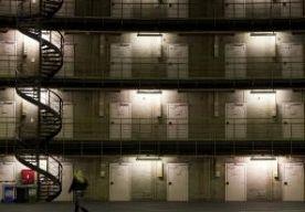 5-Jun-2013 21:33 - MILJOENEN VOOR EX-VERDACHTEN. Nederland betaalt jaarlijks ruim 20 miljoen euro aan ex-verdachten. Die kunnen een vergoeding eisen voor onterechte voorlopige hechtenis of voor vergoeding van kosten. Dat blijkt uit cijfers van het Centraal Bureau voor de Statistiek (CBS). Steeds meer mensen die verdachte waren in een strafzaak, vragen een schadevergoeding aan.