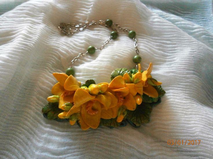 GIALLO PRIMAVERA Piccola collana con fiori primaverili in argilla polimerica e pietre dure verdi di PaTrieste su Etsy