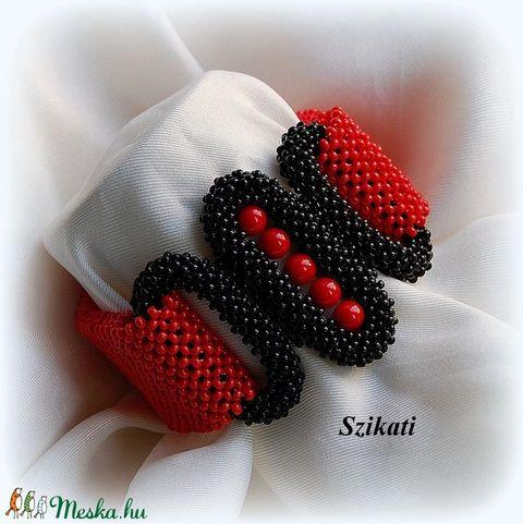 Piros - fekete gyöngyfűzött karkötő (szikati) - Meska.hu