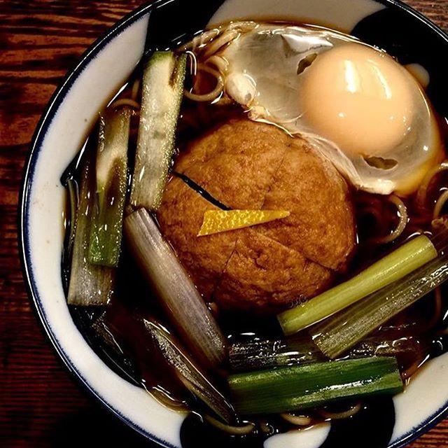 銀座の老舗 よし田。明治18年創業のおそばの名店で白洲次郎の行きつけのひとつ。素揚げの鶏肉と山芋の肉団子(コロッケと呼ぶ)がのったコロッケそばが人気です。卵トッピングでいただきました。柚子が香る、滋味深い味わい。器は美濃焼。瀬戸ものの器もちらほらと◎蕎麦前、日本酒ももちろんあります。  白洲次郎の奥様は、古典、百人一首や源氏物語の本をいくつか執筆していて、読んだことがあります。住まいも風情があって素敵なのです。ご馳走さまでした。  #和食 #そば #美濃焼 #ランチ #白洲次郎 #銀座 #ginza #銀座ランチ #東京 #lunch #和食器 #日本酒 #日本食 #soba #お土産 #美味しい #老舗 #鶏 #ばんごはん #有楽町 #sake #酒 #followme #foodstagram #food #居酒屋 #グルメ #肉 #likeforlike #築地