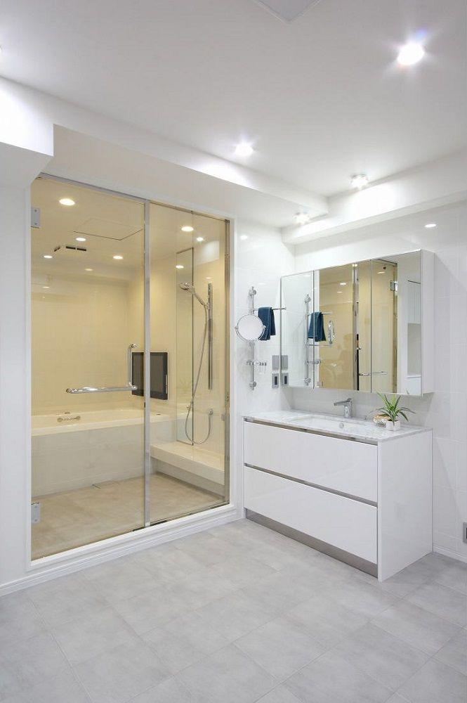 洗面室の床にもバスルームと同じタイルを張っています ガラスの扉で一