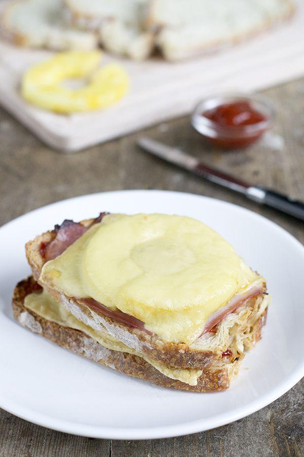 Na de tosti met gerookte zalm kreeg ik ineens visioenen van een super tosti hawaii. Een tosti die dubbelbelegd is. Mega fout, maar mega lekker. En dat telt. Een tosti bewijstdat lekker eten niet moeilijk hoeft te zijn. Lekker kan juist heel erg simpel zijn. Neem een broodje met ham en gesmolten kaas. Een echte... LEES MEER...