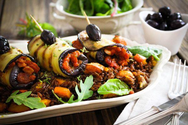 Auberginen-Röllchen auf köstlichem, braunen Carmargue-Reis mit Ofenkürbis. Dieses Spätsommergericht ist auf jedem Mittagstisch ein veganes Highlight.