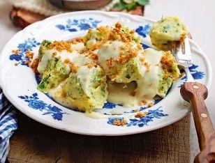 Das Rezept für Kräuter-Kartoffel-Nocken mit Vier-Käse-Soße und weitere kostenlose Rezepte auf LECKER.de