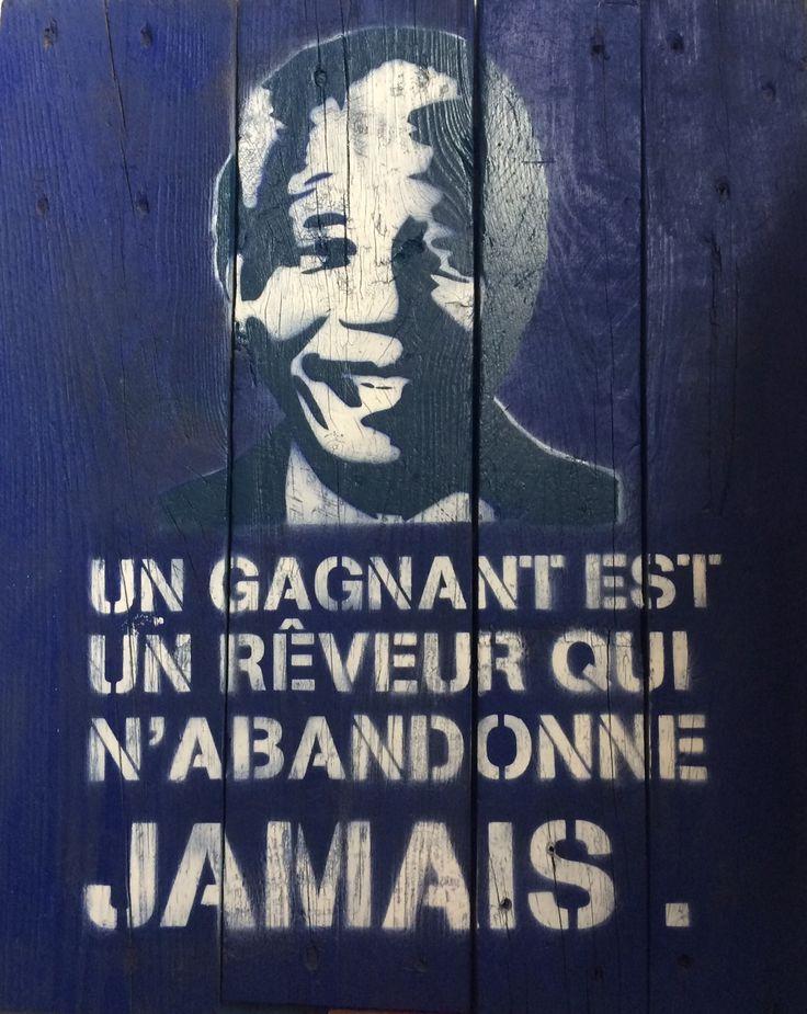 Citation de Nelson Mandela en pochoir sur bois flotté  Un gagnant est un reveur qui n'abandonne jamais. Fait mains pièce unique  format 48x60 cm Contact: mathieucreation@yahoo.com