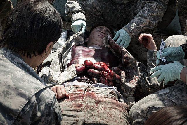 Με (ψεύτικα) αίματα και έντερα, ο Στρατός των ΗΠΑ εκπαιδεύεται για επίθεση από την Βόρεια Κορέα(VIDEO)