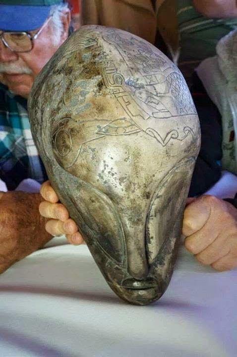 A maioria destes objetos foram trabalhados em metais preciosos como ouro e cobre. Outros são feitos de pedra. Essas cabeças que também foram esculpidas e têm esculturas que parecem ser cometas e algum tipo de naves sobre elas.