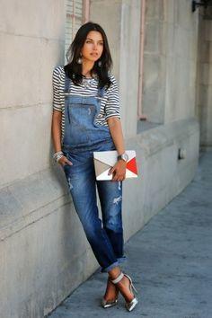 джинсовый комбинезон и кофта в полоску