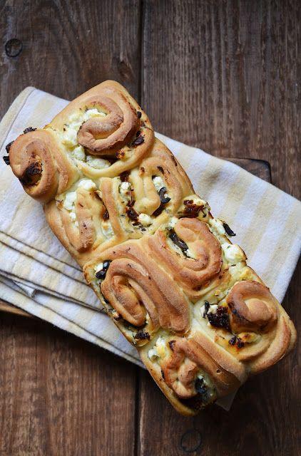 Chleb z fetą, ziołami, oliwkami i suszonymi pomidorami