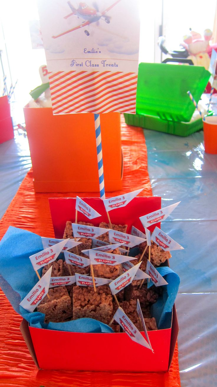 Toothpicks Red cake boxes Serviettes from west pack