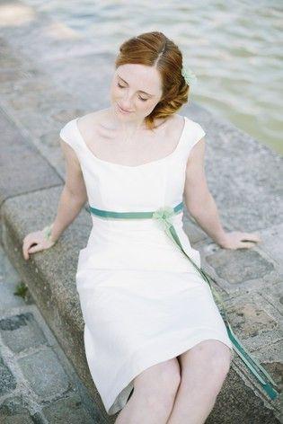 noni 2014   knielanges hochzeitskleid in empire linie mit leicht ausgestelltem rock, breiten traegern und sanftem v ausschnitt (www.noni-mode.de - Foto: Le Hai Linh)