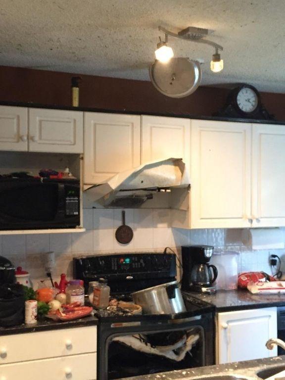 """<p>Bei diesem auf Imgur geposteten Bild weiß man gar nicht, wohin man zuerst gucken soll: Das zerstörte Kochfeld, die zerbeulte Abzugshaube oder am besten doch der wie ein Ninja-Todesstern in der Decke hängende Deckel des Schnellkochtopfs? """"Deswegen darf ich nicht mehr Abendessen kochen"""", lautete die naheliegende Bildunterschrift. (Bild: Imgur/Unbekannter Nutzer)</p>"""