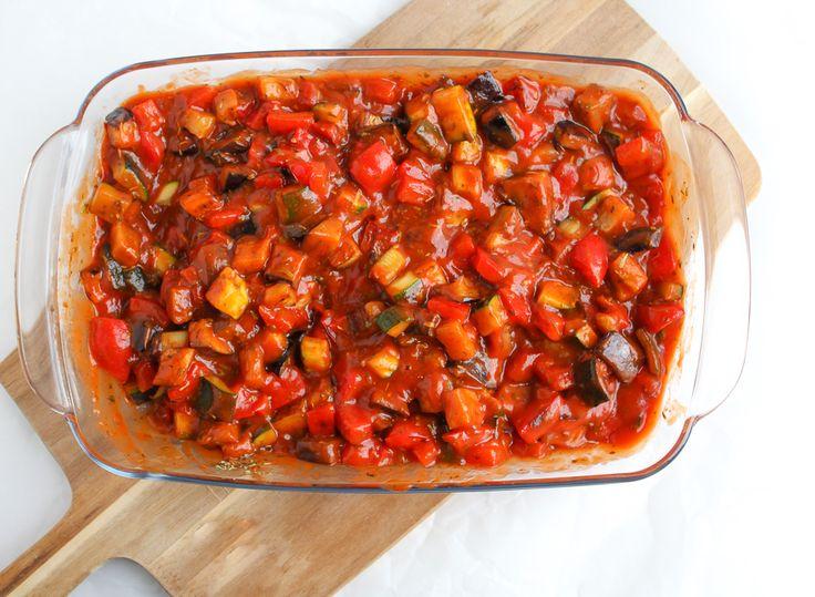 Een heerlijk recept voor klassieke ratatouille: licht goudbruin gebakken blokjes courgette, aubergine, paprika en ui in een zoete Provençaalse tomatensaus.