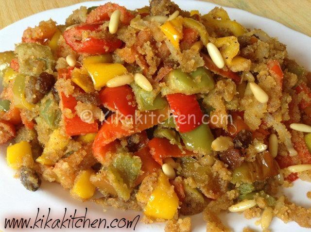 I peperoni con la mollica possono essere serviti sia come antipasto che come contorno. E' una ricetta tipica della tradizione culinaria siciliana.