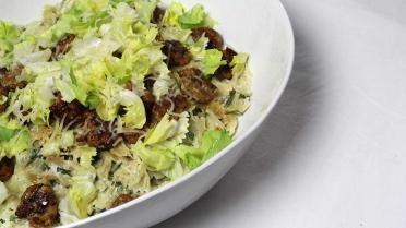Balletjes van kip met look, andijvie en strikjes pasta - misschien eens proberen met spinazie