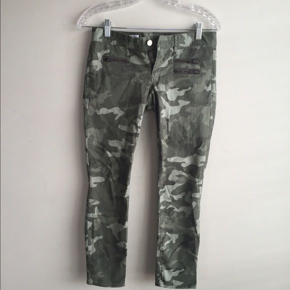 Gap camo skinny jeans Gap camo skinny's! These are a size 25 petite. They are a cropped ankle length. Only worn once. GAP Jeans Skinny