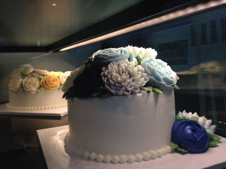 Flower cake made by butter cream.