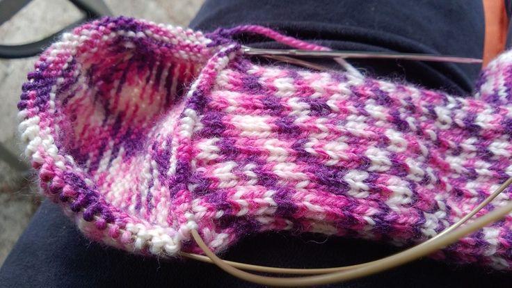 Jeg liker enkel, lettvint strikking. Å strikke sokker på en lang rundpinne i stedet for å slite med strømpepinner var derfor inspirerende o...